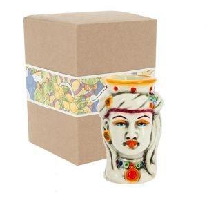 Testa di moro donna orientale realizzata in ceramica decorata dipinta a mano. Compreso nel prezzo vi regaliamo la scatolina. Bomboniera tipica in stile siciliano.