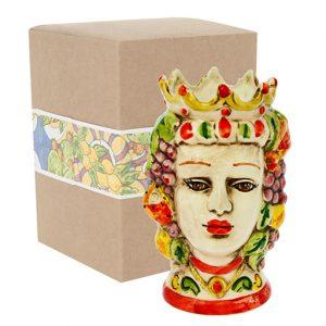 Testa di moro donna realizzata in ceramica decorata dipinta a mano. Compreso nel prezzo vi regaliamo la scatolina.