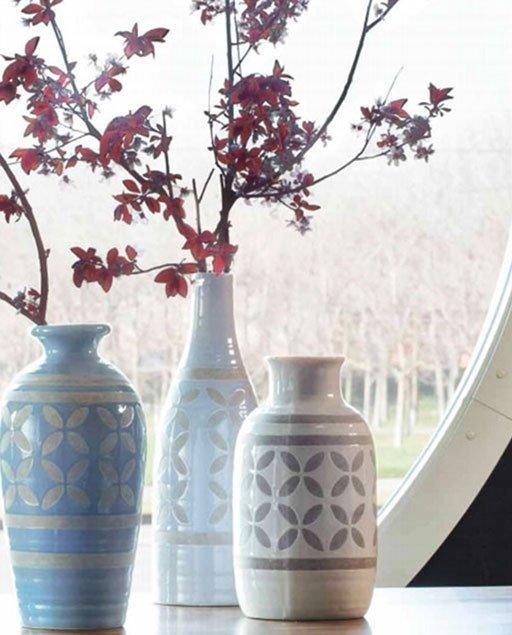 Vaso Petal in ceramica Tognana della linea CERAMICA. Questo vaso rotondo in ceramica bianca con disegni floreali sabbia dona un tocco di