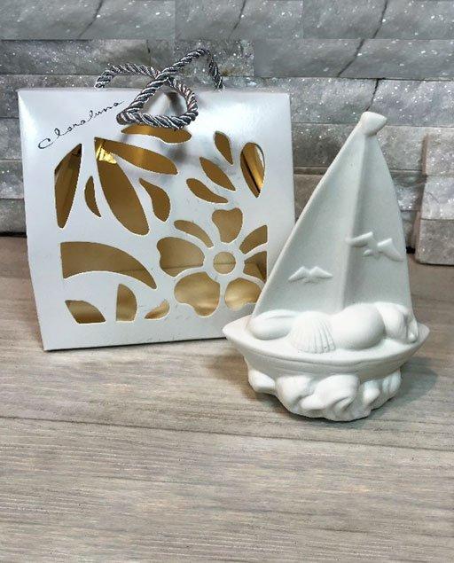 Bomboniera barchetta led Claraluna realizzata in porcellana. Elegante bomboniera barchetta ideale per tipo di evento. Compreso nel prezzo regaliamo shopper led.
