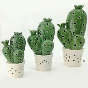 Cactus in ceramica d'arredo sono elementi decorativi di tendenza, molto attuali. Nello specifico questa pianta grassa artificiale si compone di un cactus in vaso bianco; la superficie è completamente bucherellata poichè all'interno è presente un led.