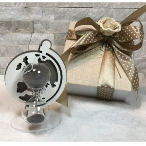 Bomboniera Clessidra in vetro trasparente e sabbia grigia con sagoma mappamondo in legno dotata di scatola propria come in foto idea Regalo, segnaposto Wedding o bomboniera Matrimonio Anniversario compleanno e altre occasioni.
