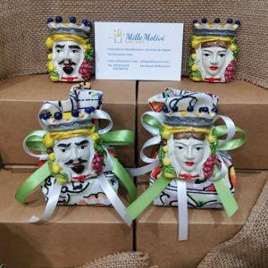 Bomboniera testa di moro magnete disponibile nella versione uomo e donna. L'articolo è acquistabile come singola bomboniera da confezionare o già completa di sacchetto e confetti.