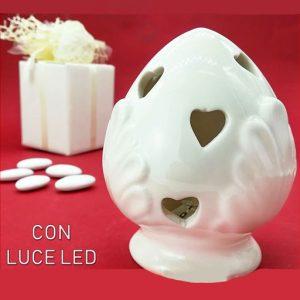 Bomboniera pumo bianco realizzato in fine ceramica in una tonalità di azzurro molto chiara, con fori a forma di cuore. ll pumo in ceramica è un pregiato elemento decorativo, simbolo portafortuna.