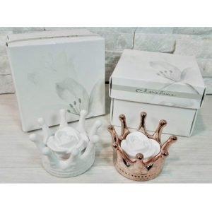 Bomboniera Corona Claraluna diffusore di fragranza realizzato in porcellana bianca e dorata a forma di Corona reale con fiore da profumare