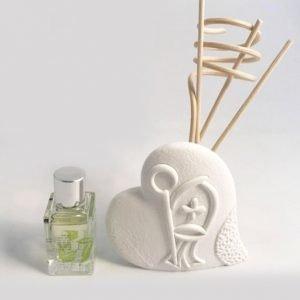 Profumatore Cresima Claraluna. Idea simpaticissima diffusore in gesso con rappresentazione simbolo Cresima in stile moderno, con essenza e bastoncini.
