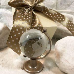 Bomboniera mappamondo. Il planisfero realizzato in vetro. La sfera rotante si regge su una base in metallo, disponibile in due misure. Ideale per realizzare la tua bomboniera Comunione - Cresima.