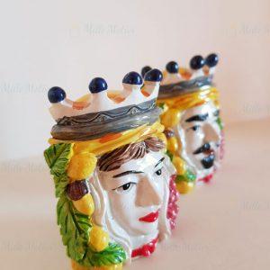 Bomboniera coppia testa di moro magnete disponibile nella versione uomo e donna. L'articolo è acquistabile come singola bomboniera da confezionare o già completa di sacchetto e confetti.