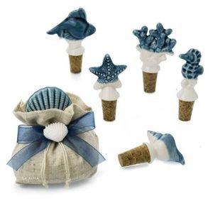 Tappi in sughero bomboniera e segnaposto tema mare realizzato in porcellana bianca e blu, idea originale come bomboniere tema mare per matrimonio.