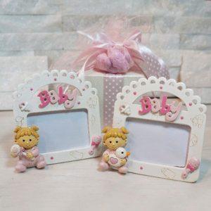Bomboniera portafoto baby bimba realizzato in resina di color rosa. Assortiti in 2 modelli.