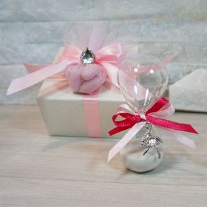 Clessidra bomboniera realizzata in vetro soffiato, con applicazione ballerina. Ideale per essere utilizzata per eventi: Comunione, Cresima.