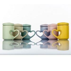 Tazzine colorate con tappo idea originale per realizzare la tua bomboniera utile. La bomboniera è realizzata in porcellana, sono assortite in sei colori differenti.