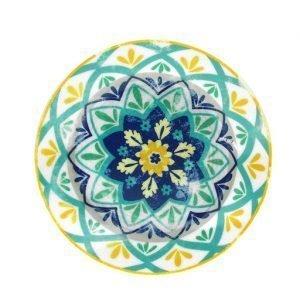 """Il piatto dessert che misura 22 cm di diametro della linea Olimpia Alhambra, appartiene al marchio """"Tognana"""", in porcellana bianca con decori di varie colorazioni. Il piatto può essere lavato in lavastoviglie ed è adatto al microonde, senza comprometterne l'estetica."""