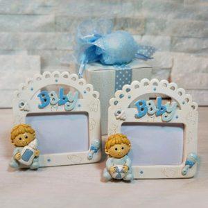 Bomboniera portafoto baby bimbo realizzato in resina di color celeste. Assortiti in 2 modelli.