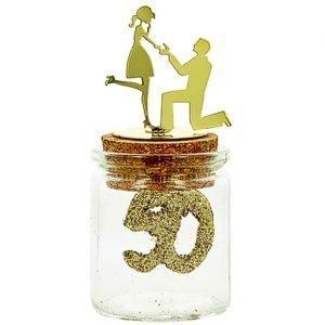Bomboniera barattolino 50 matrimonio realizzato in vetro con tappo in sughero. Coppia sposi in metallo dorato. Una scelta originale, per creare bomboniere nozze d'oro