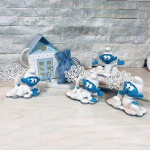 Bomboniera Puffi con albero. Bomboniera assortita in due modelli come illustrato in foto. Adatto per bomboniere battesimo, nascita, compleanno e per splendide confettate.