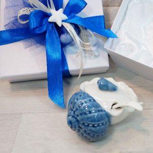 Bomboniera zuccheriera conchigliacompleta di un cucchiainorealizzata in porcellana.La bomboniera è indicata per chi desidera che il fascino sia sempre il protagonista di tutti gli eventi. Completa di scatola.