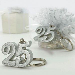 Portachiavi 25 anniversario realizzato in resina a forma di numero 25, di colore argento (colore specifico per l'evento dei 25 anni di matrimonio), interamente glitterati, con brillantini argentati, per un effetto davvero...scintillante!