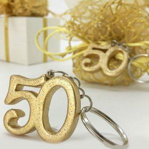 Portachiavi 50 anniversario realizzato in resina a forma di numero 50, di colore oro (colore specifico per l'evento dei 50 anni di matrimonio), interamente glitterati, con brillantini dorati, per un effetto davvero...scintillante!