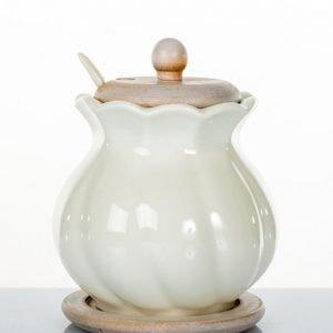 Zuccheriera grandecompleta di un cucchiainorealizzata in porcellana.La bomboniera è indicata per chi desidera che il fascino sia sempre il protagonista di tutti gli eventi.