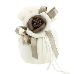 Sacchetto sintetico con tirante, con applicazione petali di rosa. Scegli di ricevere il sacchettino completo di confettini.