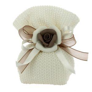 Sacchetto con applicazione fiore a forma di rosellina color avorio realizzato in cotone intrecciato. Adatto a tutte le cerimonie. Scegli di ricevere il sacchettino completo di confetti.