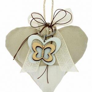 Sacchettino cuore con cordino, con applicazione una graziosa farfalla, color bianco - tortora. Adatto per tutte le cerimonie. Scegli di ricevere il sacchettino completo di confetti.