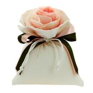 Sacchettino con applicazione rosellina color rosa realizzato in tessuto sintetico. Adatto a tutte le cerimonie. Scegli di ricevere il sacchettino completo di confetti.