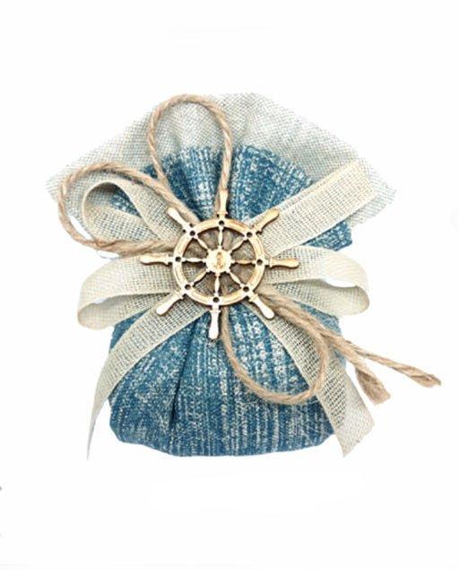 Sacchetto timone blu stile mare. Completo di rete avorio con corda e accessori in legno assortito in due modelli , timone e ancora. Dimensioni sacchetto cm 11 x 6 cm