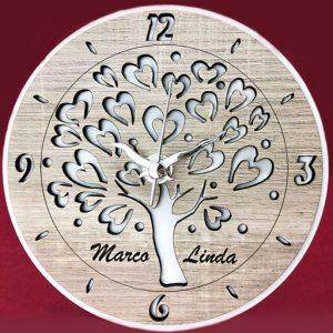 Orologio Albero della vita personalizzabile realizzato in legno bianco e tortora, con rappresentazione centrale dell'albero della vita con foglie stilizzate a forma di cuore, realizzato in Italia artigianalmente.