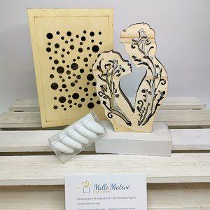 Bomboniera coppia sposi con luce a led realizzata con base in legno. Ideale come bomboniera o complemento di arredo, idea regalo. Compreso nel prezzo regaliamo scatolina in legno in regalo.