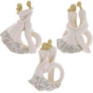 Bomboniera coppia sposi cuore realizzata in resina. Assortiti in tre varianti come dimostrato in foto. Disponibili in due misure: