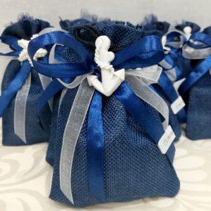 Sacchetto tema mare con ancora e stella marina, in tessuto blu. Ottimo come bomboniera per ogni occasione