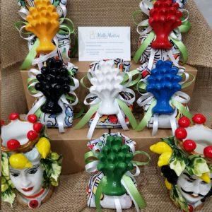 Bomboniera pigna d'appoggio, magnete, realizzata in ceramica decorata dipinta a mano disponibile in diversi colori : Bianca, verde, rossa, nera,gialla, blu.