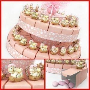 Torta bomboniera nascita dondolo portachiavi. Fettine di torta rosa con decorazioni a pois bianchi. Ideale per battesimi, compleanno e nascita bimba.