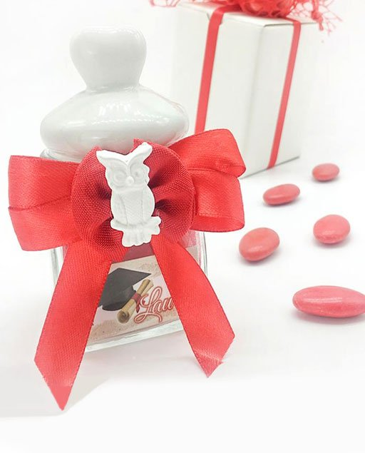 Barattolino in vetro con tappo in ceramica biancaa forma di cuore trasformate inbomboniere laurea originalicon l'arricchimento di un fiocco in raso