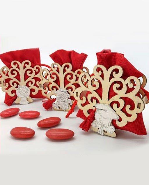 Portaconfetti Laurea realizzate da una struttura in legno a forma di albero della vitacon applicazionegufo, tocco laurea e mappamondo.