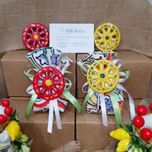 Bomboniera Ruota magnete siciliana, realizzata in ceramica, assortita con caratteristici decori siciliani.