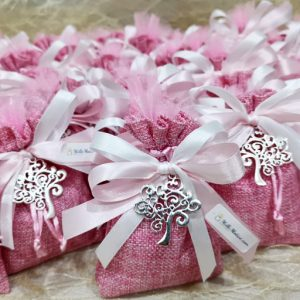 Sacchetto rosa con ciondolo albero della vita. Adatto anche a tutte le cerimonie. Scegli di ricevere il sacchettino completo di confetti.