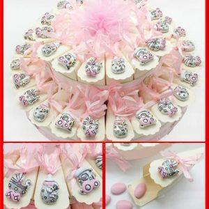 Torta ciondoli/appendini bomboniere in resina argentata a forma di trenino, biberon e passeggino, assortiti. Torta disponibile in: 15, 25 o 40 fette.