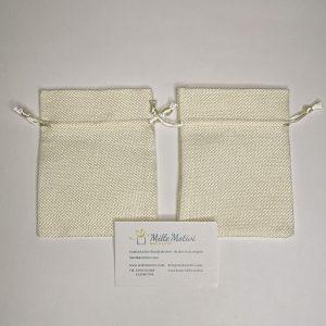 Sacchetto con tirante realizzato in juta panna, ideale per realizzare con semplicità e creatività.