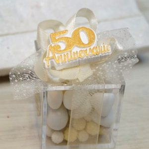 Bomboniera anniversario 50 anni di matrimonio realizzata con gessetto 50°, scatolina in plexiglass. Una scelta originale per creare bomboniere nozze d'oro.