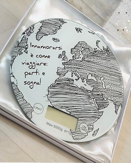 Bilancia mappamondo decorata con frase: Innamorarsi è come viaggiare: parti e sogna! ideale come Bomboniera utile matrimonio