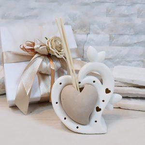 Bomboniera profumatore doppio cuore, con led al suo interno.Incluso nel prezzo: bastoncini, scatolina originale.