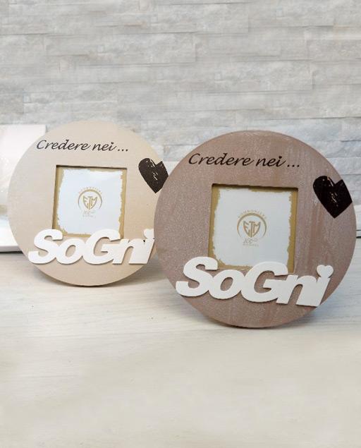 Bomboniera portafoto Sogni nuova collezione 2020. Realizzato in legno, questo bellissimo portafoto si presta ad ogni evento: battesimo, comunione, matrimonio.