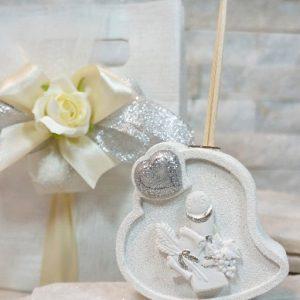 Profumatore cuore comunione realizzato in resina. Una bomboniera dallo stile unico importante per mantenere vivo negli invitati il ricordo del giorno più importante della vostra vita.
