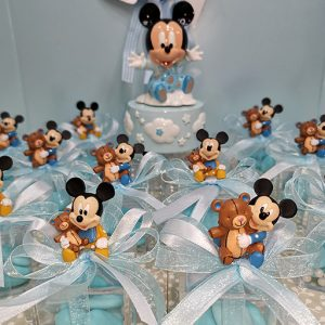 Bomboniera Topolino baby. Topolino assortito in due modelli come illustrato in foto. Adatto per bomboniere battesimo, nascita, compleanno e per splendide confettate.