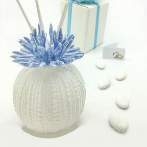 Profumatore corallo a forma sferica, realizzato in ceramica bianca opaca, con un delicatissimo corallo in ceramica lucida