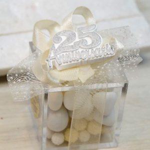 Bomboniera anniversario 25 anni di matrimonio realizzata con gessetto 25°, scatolina in plexiglass. Una scelta originale per creare bomboniere nozze argento.