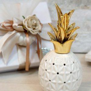 Profumatore ananas gold, realizzato in porcellana. Elegante profumatore con decorazione ananas, porcellana lucida con parte superiore gold. Assortito in tre varianti di misure.